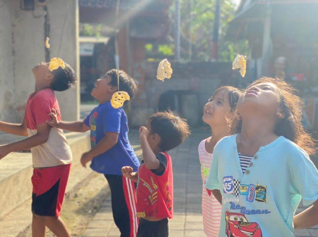 permainan-tradisional-kemerdekaan-indonesia-makan-kerupuk